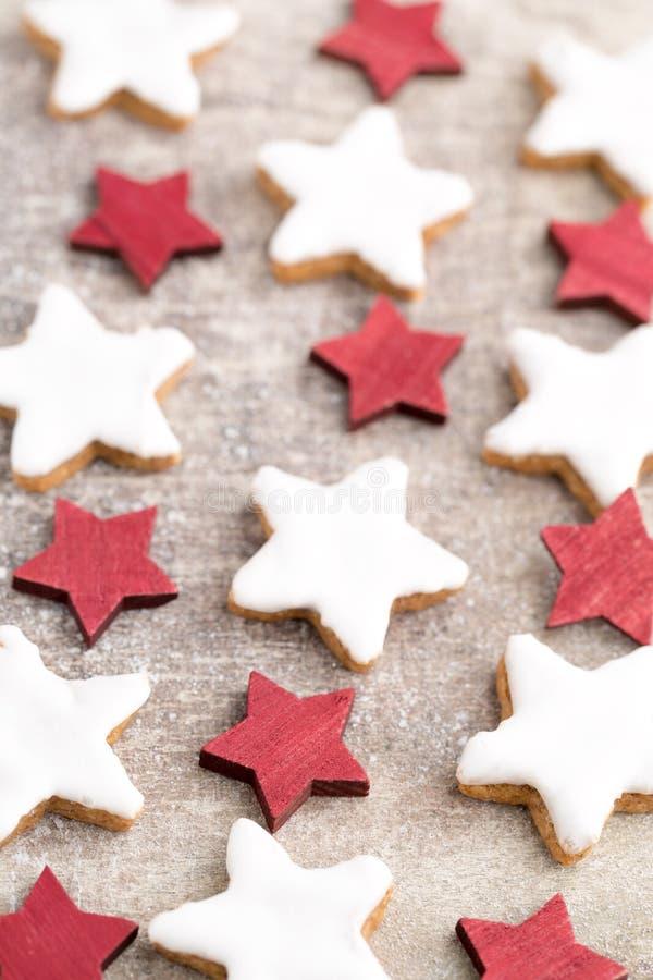 Μπισκότα Χριστουγέννων με τη μικρή διακόσμηση Χριστουγέννων στοκ εικόνες