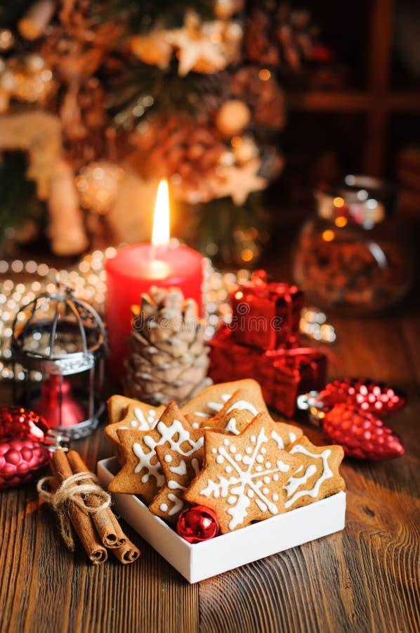 Μπισκότα Χριστουγέννων με τις διακοσμήσεις στον ξύλινο πίνακα στοκ φωτογραφίες με δικαίωμα ελεύθερης χρήσης