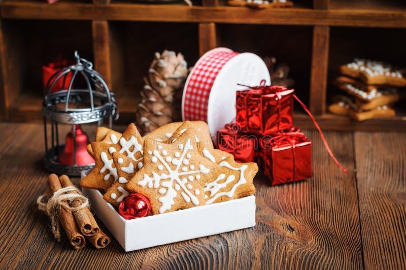 Μπισκότα Χριστουγέννων με τις διακοσμήσεις στοκ εικόνες