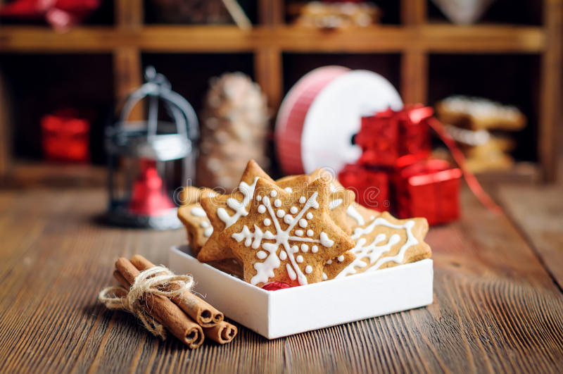 Μπισκότα Χριστουγέννων με τις διακοσμήσεις στοκ εικόνες με δικαίωμα ελεύθερης χρήσης