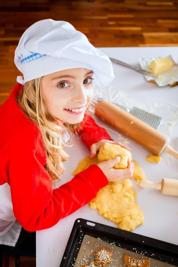 Μπισκότα Χριστουγέννων οικογενειακού ψησίματος στην κουζίνα στοκ εικόνες