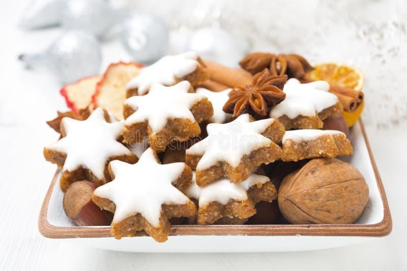 Μπισκότα Χριστουγέννων υπό μορφή αστεριών, καρυδιών και καρυκευμάτων, κινηματογράφηση σε πρώτο πλάνο στοκ φωτογραφία