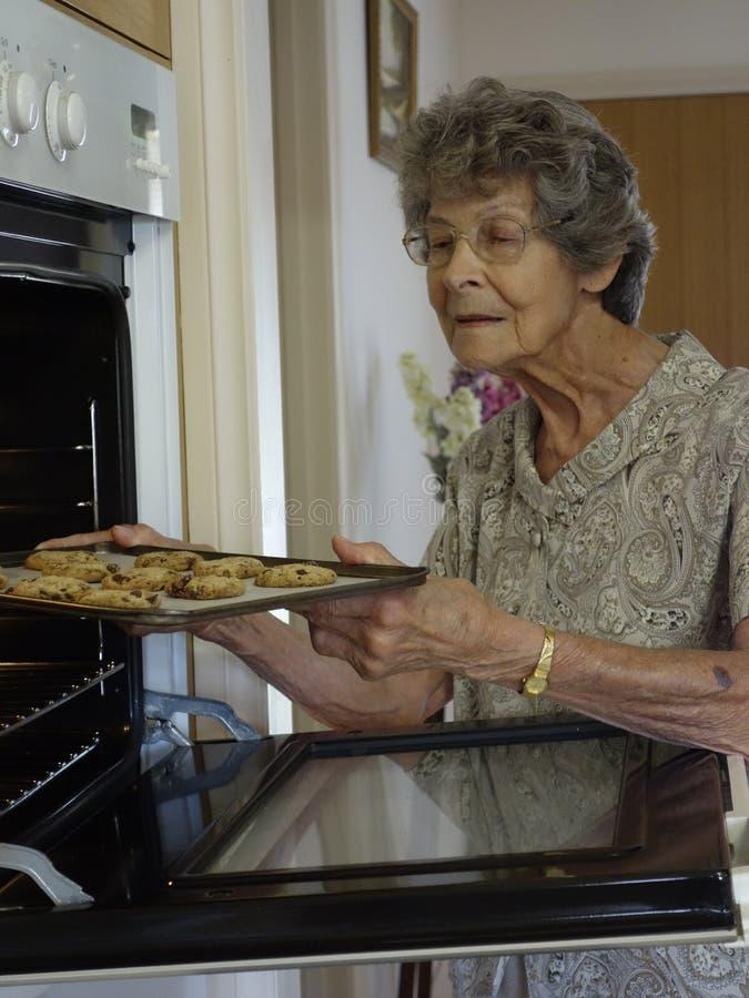 Μπισκότα ψησίματος γυναικών στοκ φωτογραφία με δικαίωμα ελεύθερης χρήσης