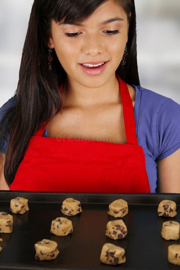 Μπισκότα ψησίματος κοριτσιών στοκ φωτογραφία