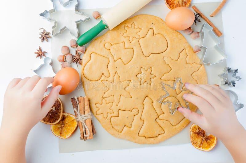 Μπισκότα ψησίματος στο σπίτι για τα Χριστούγεννα στοκ φωτογραφία