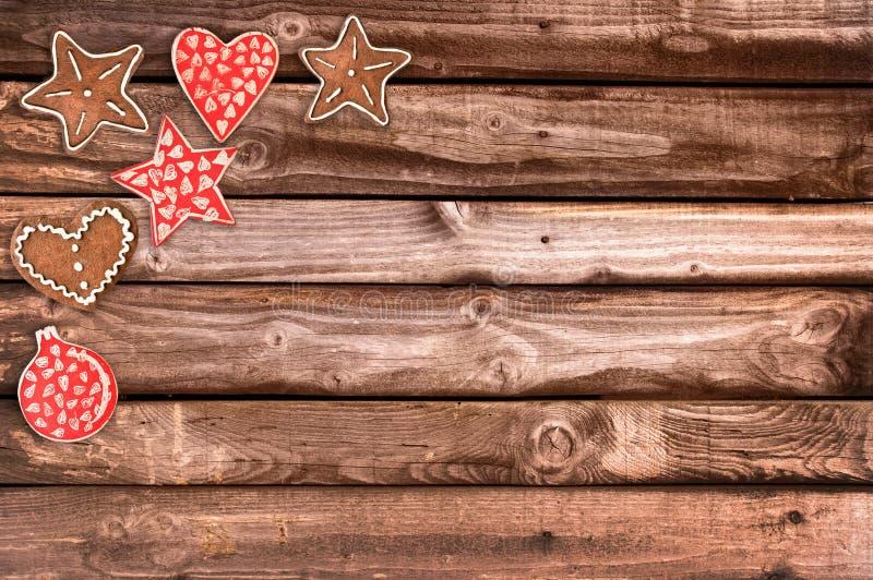 Μπισκότα ψωμιού πιπεροριζών και διακοσμήσεις Χριστουγέννων στο ξύλινο υπόβαθρο στοκ εικόνες