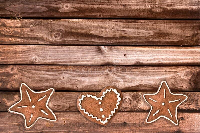 Μπισκότα ψωμιού πιπεροριζών και διακοσμήσεις Χριστουγέννων στο ξύλινο υπόβαθρο στοκ φωτογραφία