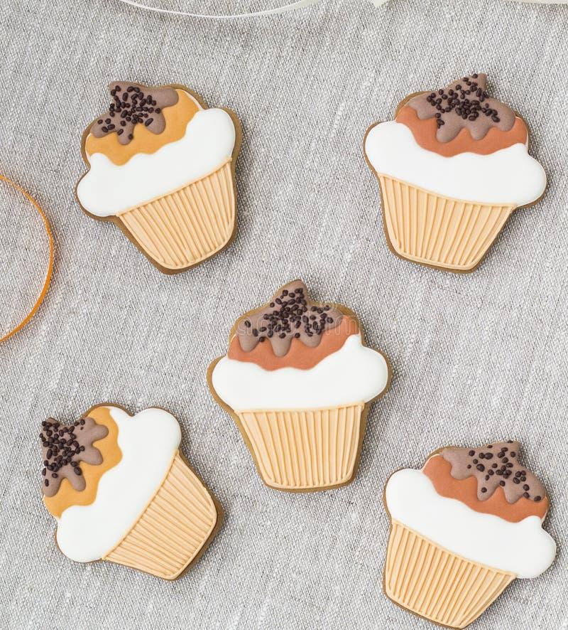 Μπισκότα Cupcake σε έναν ξύλινο πίνακα στοκ φωτογραφίες