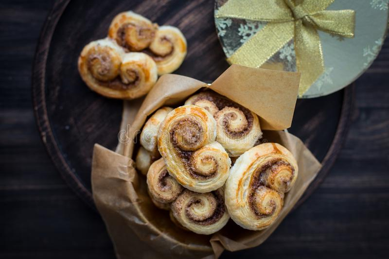 Μπισκότα, curlicues, pretzels της ζύμης ριπών με τη ζάχαρη και την κανέλα στοκ φωτογραφία