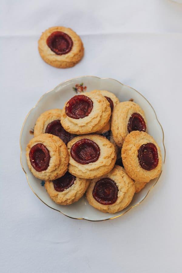 Μπισκότα Thumbprint που γεμίζουν με τη μαρμελάδα φραουλών στοκ εικόνες