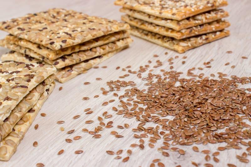 Μπισκότο λιναριού Υγιή πρόχειρα φαγητά, flaxseed σπόροι κολοκύθας, κορίανδρο, σπόροι ηλίανθων Οι αλατισμένες διατροφές είναι τριζ στοκ εικόνα