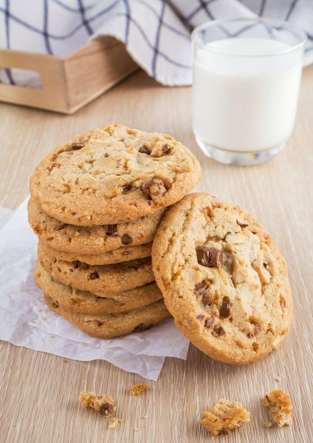 Μπισκότο τσιπ σοκολάτας με το γυαλί αμυγδάλων και γάλακτος στοκ εικόνες