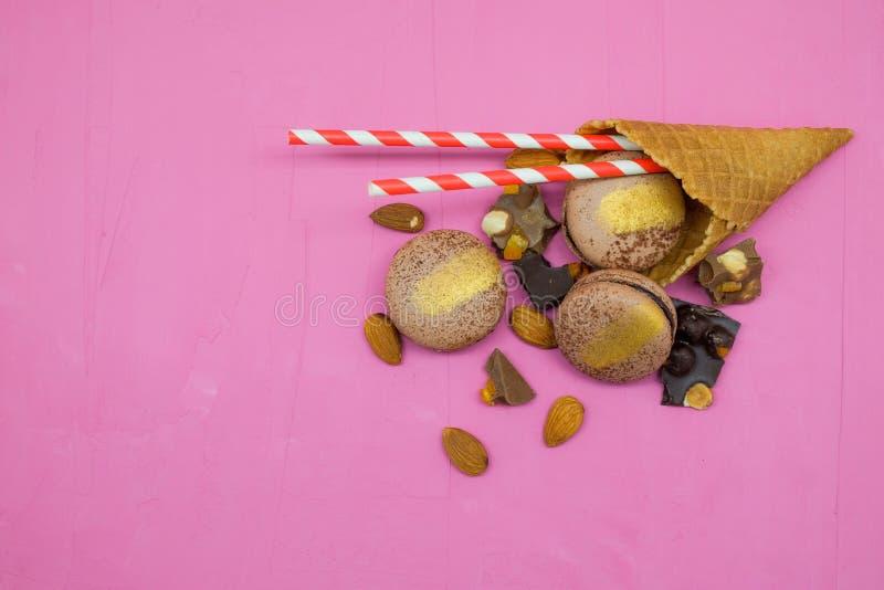 Μπισκότο Macaron με τη σοκολάτα, το αμύγδαλο και τα εσπεριδοειδή στοκ εικόνες