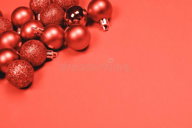 Μπιχλιμπίδια Χριστουγέννων στο υπόβαθρο κοραλλιών στοκ εικόνα με δικαίωμα ελεύθερης χρήσης