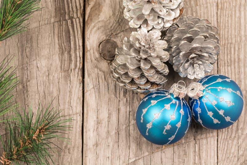 Μπιχλιμπίδια Χριστουγέννων και κώνοι πεύκων στοκ εικόνες με δικαίωμα ελεύθερης χρήσης