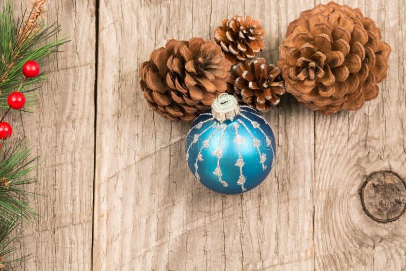 Μπιχλιμπίδια Χριστουγέννων και κώνοι πεύκων στοκ εικόνα
