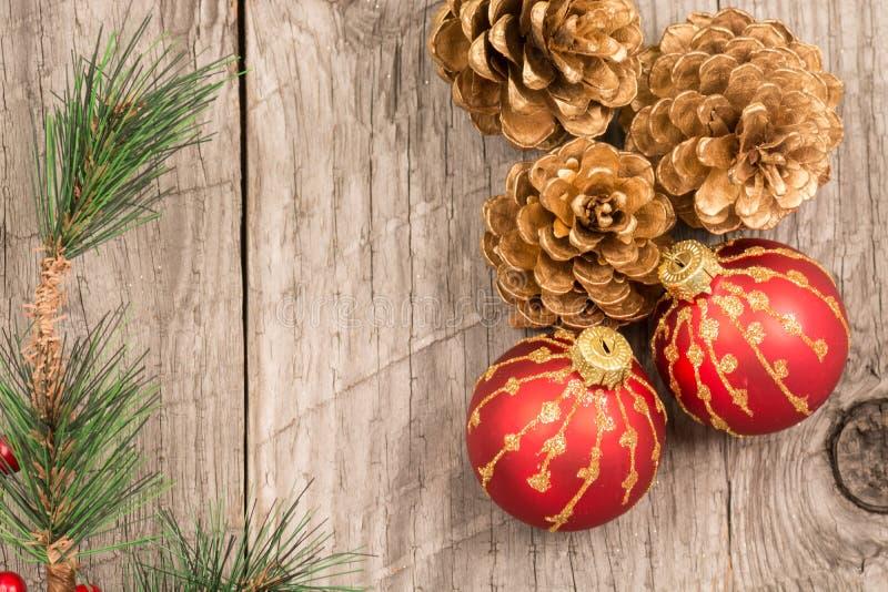 Μπιχλιμπίδια Χριστουγέννων και χρυσοί κώνοι πεύκων στοκ εικόνες