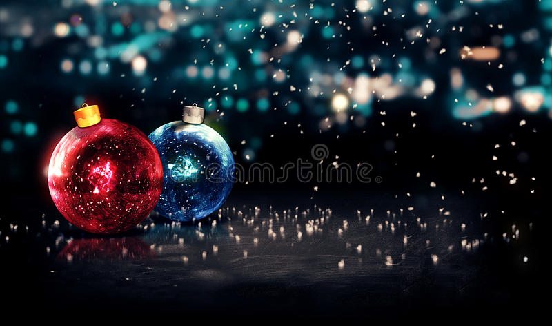 Μπιχλιμπιδιών Χριστουγέννων νύχτας κόκκινο μπλε υποβάθρου Bokeh όμορφο τρισδιάστατο στοκ φωτογραφία