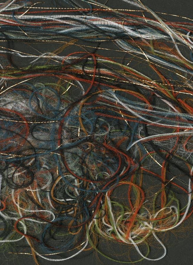 Μπλεγμένα χρωματισμένα νήματα σε μια μαύρη ροή νημάτων ουράνιων τόξων υποβάθρου στοκ εικόνες