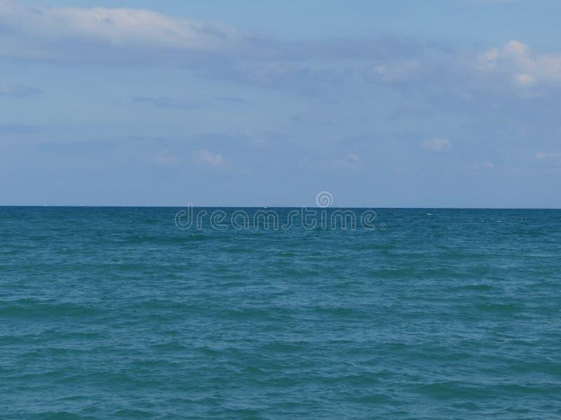 Μπλε άποψη θάλασσας, ωκεανός ενάντια στον ουρανό Ήρεμο τοπίο, ηρεμία Όμορφη ανασκόπηση στοκ εικόνα με δικαίωμα ελεύθερης χρήσης