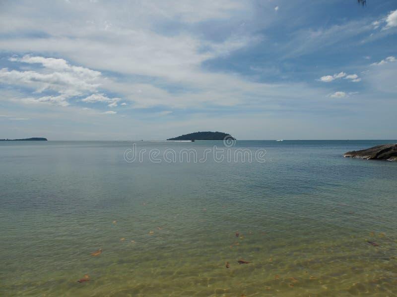 Μπλε άποψη θάλασσας, ωκεανός με το νησί ενάντια στον ουρανό Ήρεμο τοπίο, ηρεμία Όμορφη ανασκόπηση στοκ εικόνες