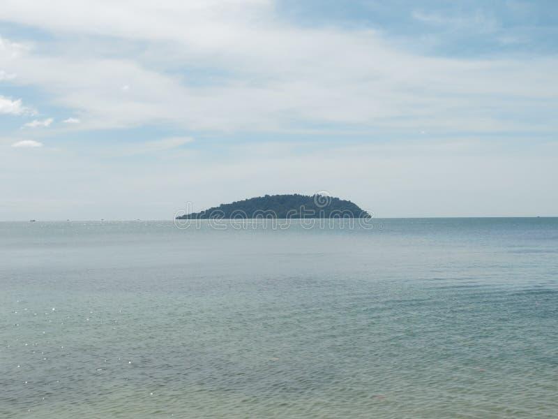 Μπλε άποψη θάλασσας, ωκεανός με το νησί ενάντια στον ουρανό Ήρεμο τοπίο, ηρεμία Όμορφη ανασκόπηση στοκ εικόνες με δικαίωμα ελεύθερης χρήσης