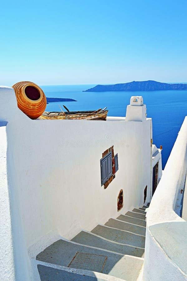 Μπλε άποψη Santorini Ελλάδα θάλασσας σκαλοπατιών Λευκών Οίκων στοκ εικόνα με δικαίωμα ελεύθερης χρήσης