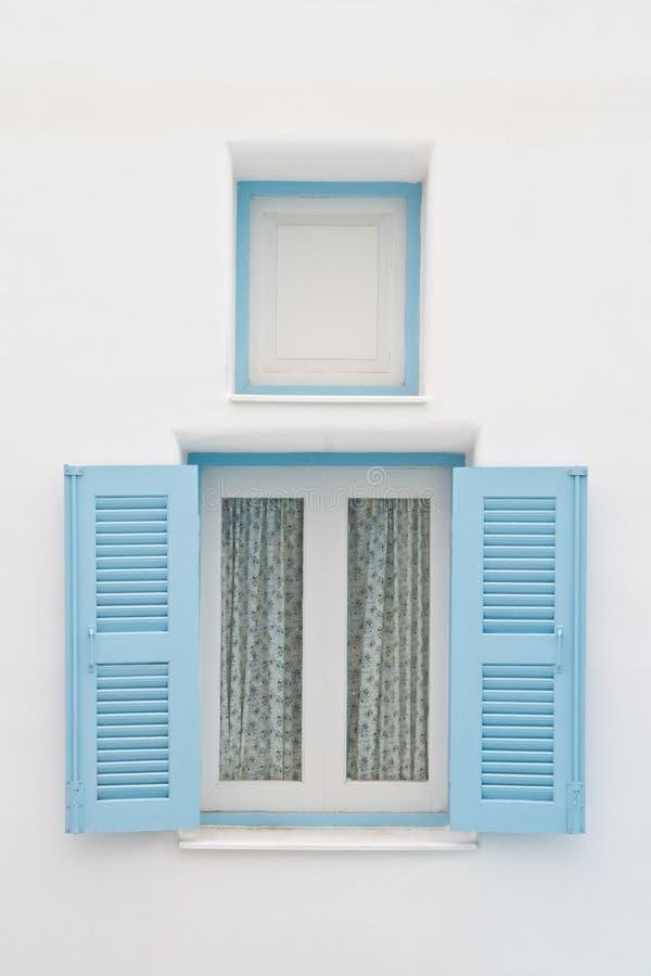 μπλε άσπρο παράθυρο σπιτιών στοκ εικόνες