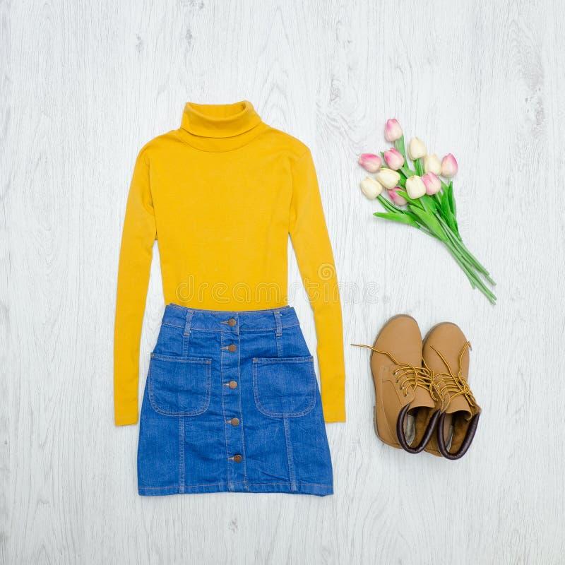 μπλε έξυπνη γυναίκα μόδας προσώπου έννοιας ομορφιάς makeup Κίτρινο turtleneck, μπλε φούστα, μπότες και ρόδινο τ στοκ φωτογραφία με δικαίωμα ελεύθερης χρήσης
