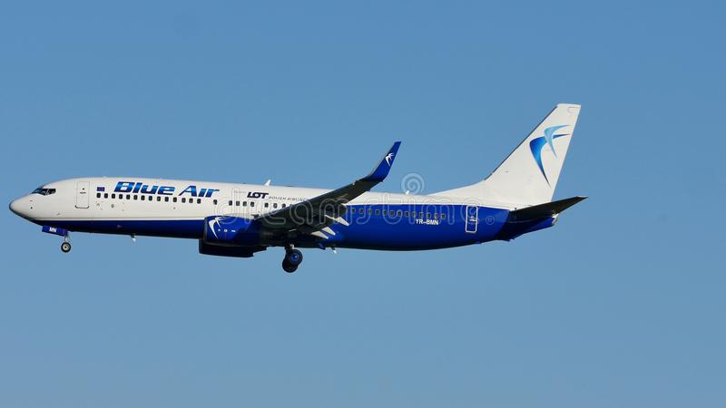 Μπλε αέρας Boeing που πλησιάζει τον αερολιμένα στοκ φωτογραφίες
