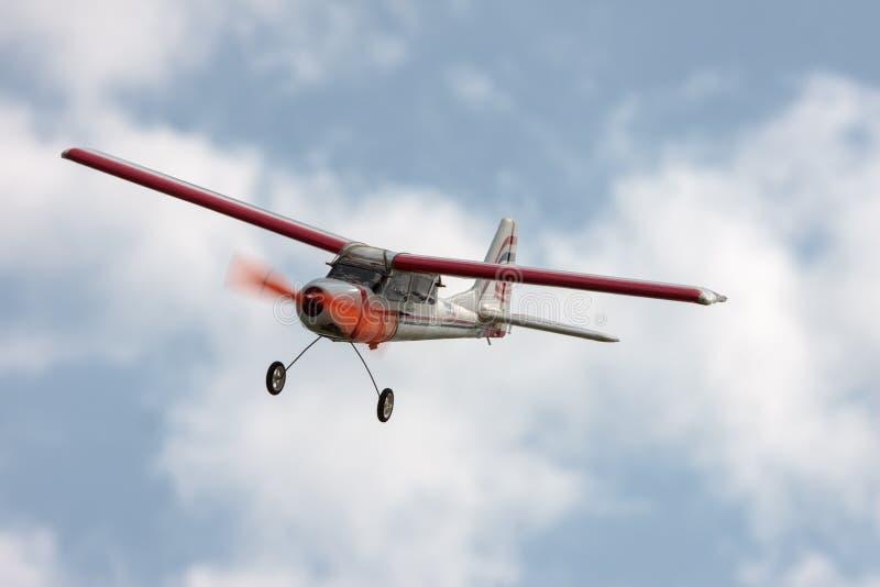 μπλε αεροπλάνων που πετά τον πρότυπο ουρανό rc στοκ εικόνες