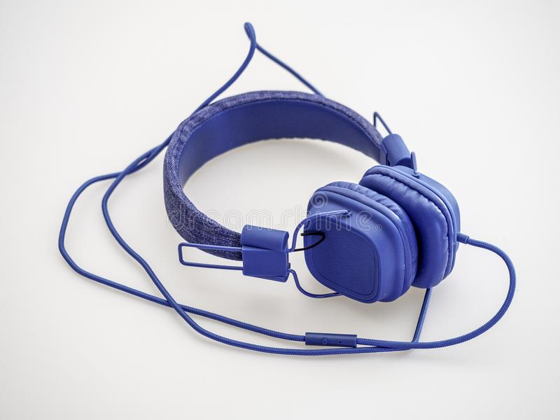 Μπλε ακουστικά με το μπλε καλώδιο στοκ φωτογραφία
