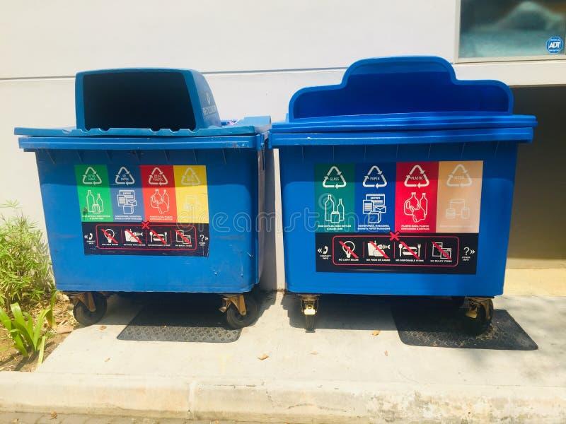 Μπλε ανακύκλωσης δοχείο στοκ εικόνες