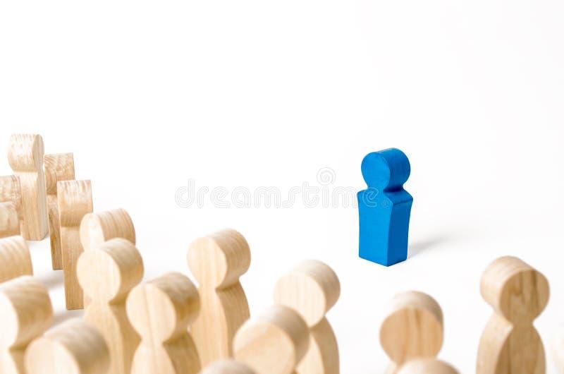Μπλε ανθρώπινο ειδώλιο στο επίκεντρο ενός πλήθους των ανθρώπων Ηγέτης, ηγεσία, προϊστάμενος της οργάνωσης ή της κοινότητας οργάνω στοκ φωτογραφία με δικαίωμα ελεύθερης χρήσης