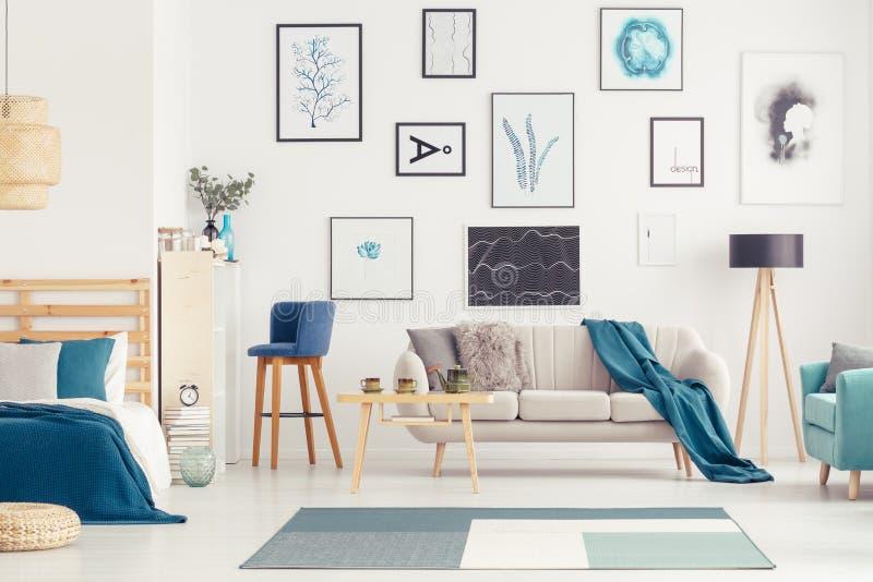 Μπλε ανοιχτός χώρος με τις αφίσες στοκ φωτογραφία