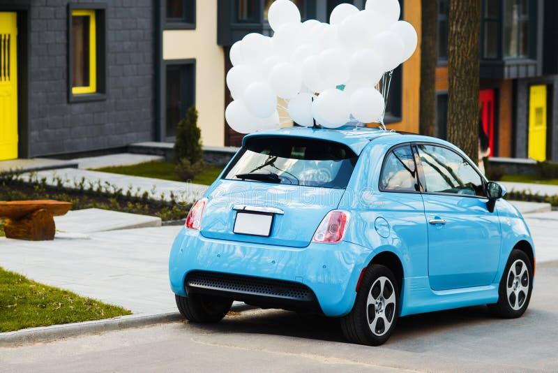 Μπλε αυτοκίνητο με άσπρα ballons Γάμος, γενέθλια, έννοια ύφους κομμάτων στοκ φωτογραφία