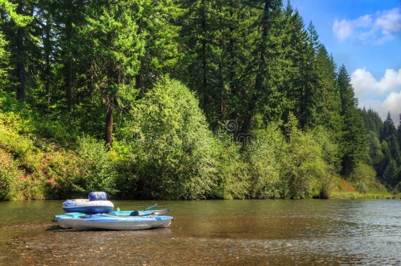 Μπλε βάρκες στον ποταμό Yakima στοκ φωτογραφίες με δικαίωμα ελεύθερης χρήσης