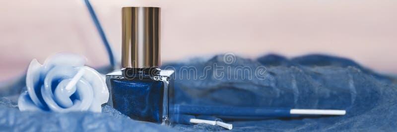 Μπλε βερνίκι νυχιών, διακοσμητικό κερί και λιβάνι Εικόνα πανό στοκ φωτογραφίες με δικαίωμα ελεύθερης χρήσης