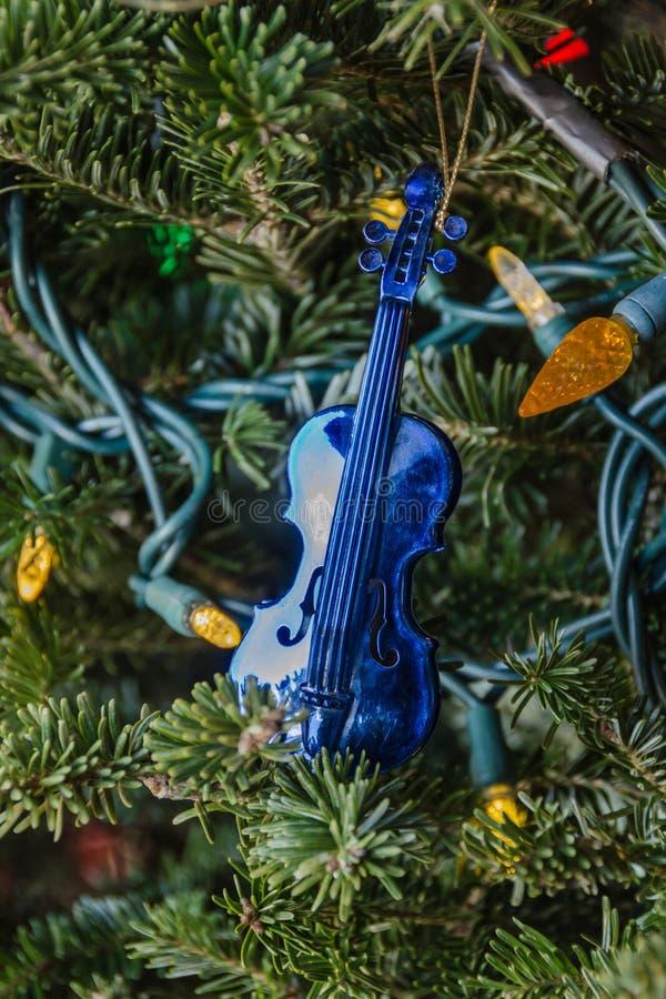 Μπλε βιολί παιχνιδιών Χριστουγέννων στοκ φωτογραφία με δικαίωμα ελεύθερης χρήσης