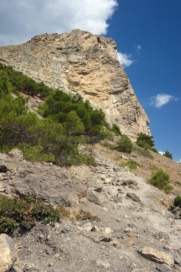 μπλε βουνό πέρα από τον ουρ& στοκ φωτογραφία