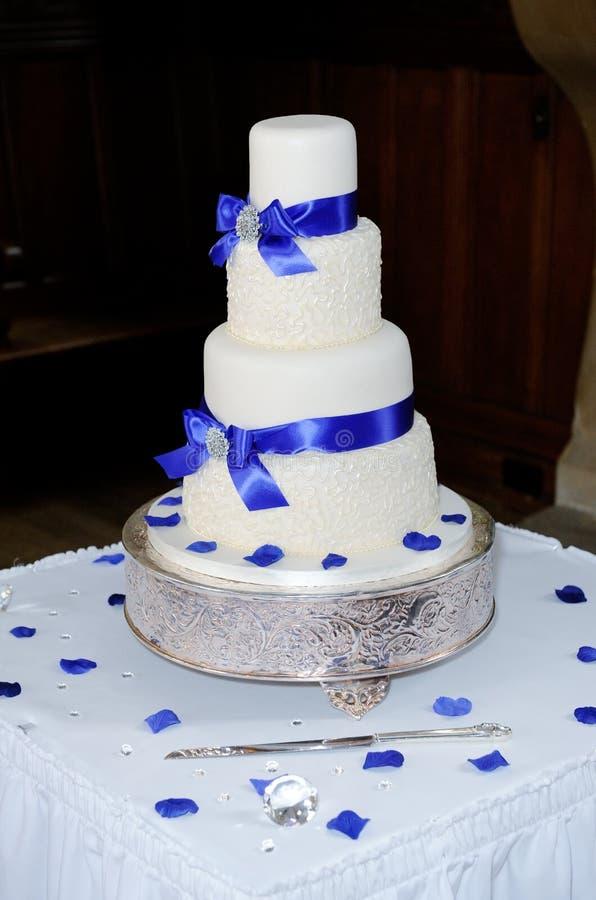Μπλε γαμήλιο κέικ στοκ εικόνες