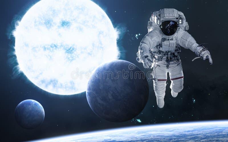 Μπλε γιγαντιαίο αστέρι Αστροναύτης, πλανήτες στο βαθύ διάστημα Επιστημονική φαντασία ελεύθερη απεικόνιση δικαιώματος