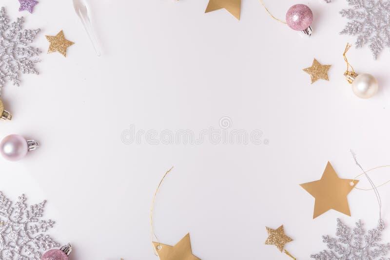 μπλε γυαλί σύνθεσης Χριστουγέννων μπιχλιμπιδιών Κομψοί κλάδοι, χριστουγεννιάτικο δέντρο, ρόδινη σφαίρα διακοπών ντεκόρ Χριστουγέν στοκ εικόνα