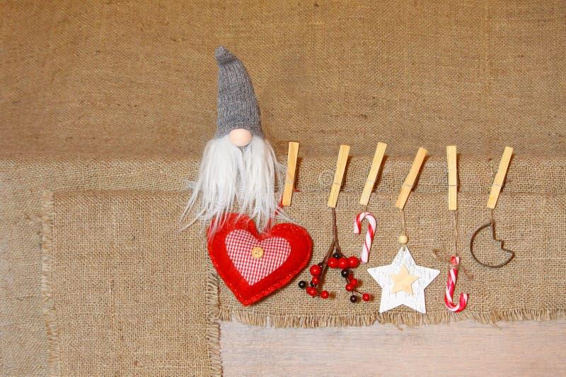 μπλε γυαλί σύνθεσης Χριστουγέννων μπιχλιμπιδιών Στοιχειό Noel backgrouGifts, κόκκινες διακοσμήσεις στο υπόβαθρο λινού Χριστούγενν στοκ φωτογραφία