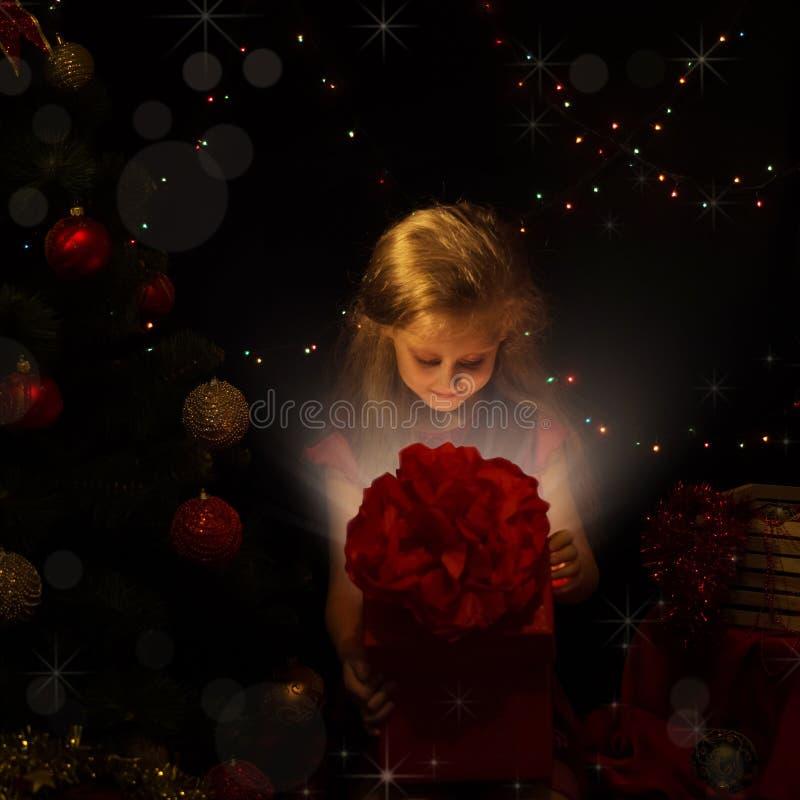 μπλε γυαλί σύνθεσης Χριστουγέννων μπιχλιμπιδιών Το μικρό κορίτσι στο νέο ανοικτό κιβώτιο δέντρων έτους μαγικού στοκ εικόνες