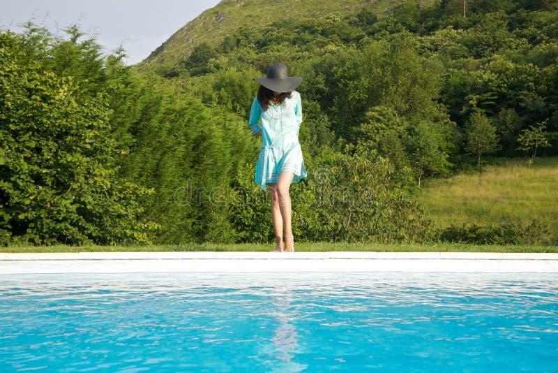 Download μπλε γυναίκα λιμνών φορεμά στοκ εικόνες. εικόνα από έξω - 22787252