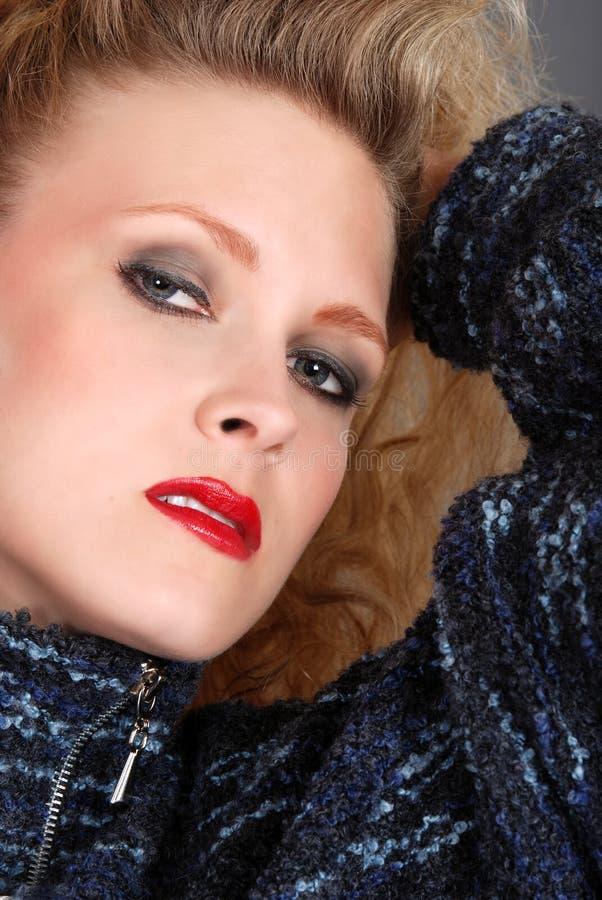 μπλε γυναίκα πουλόβερ headshot στοκ φωτογραφία με δικαίωμα ελεύθερης χρήσης