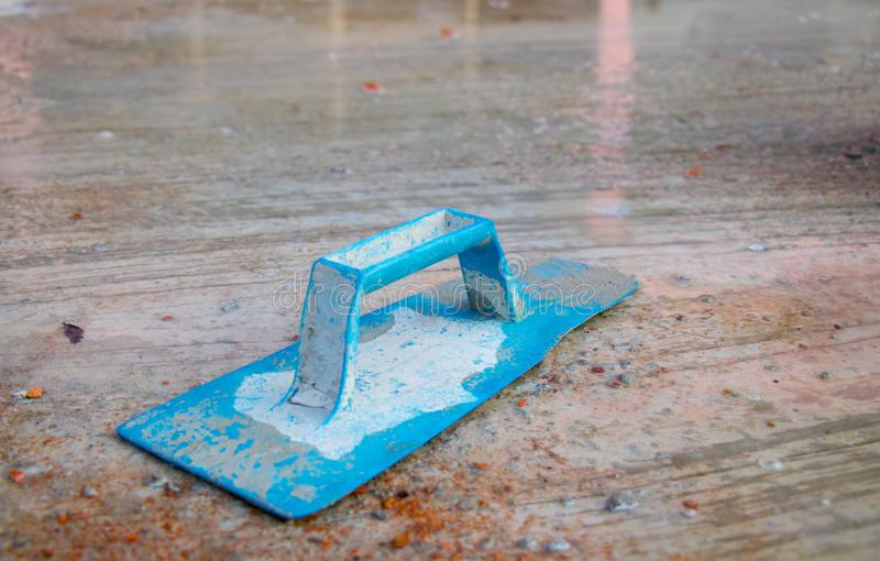 Μπλε γυψαδόρος στην εργασία Εφαρμογή του ασβεστοκονιάματος στον τοίχο τσιμέντου κατασκευασμένο ασβεστοκονίαμα στοκ εικόνες