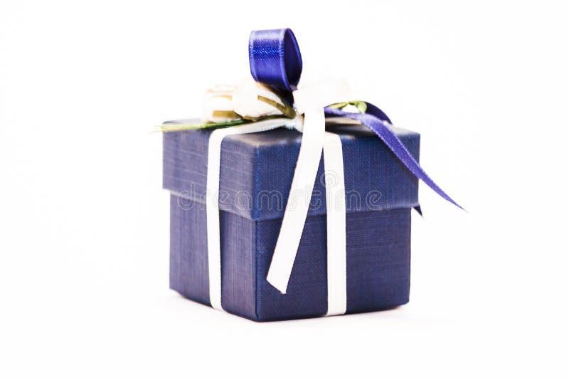 Μπλε δώρο πακέτο με υπόκλιση, απομονωμένο σε λευκό φόντο - φωτογραφία στοκ εικόνα