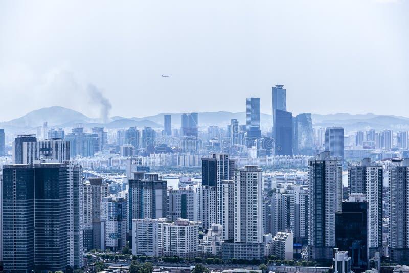 Μπλε εικονική παράσταση πόλης τόνου της Σεούλ από το βουνό Namsan, Νότια Κορέα Αεροπλάνο που πετά πέρα από την πόλη στοκ εικόνες
